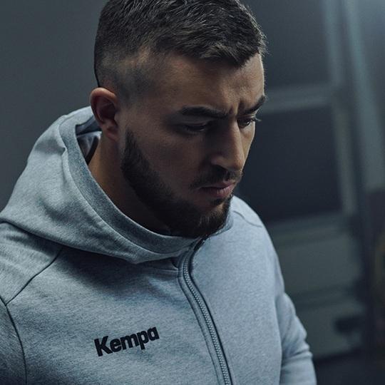 Jannik Kohlbacher im Kempa STATUS Hoodie